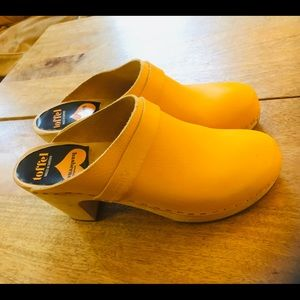 Swedish Hasbeens Classic Clog, 39, Yellow
